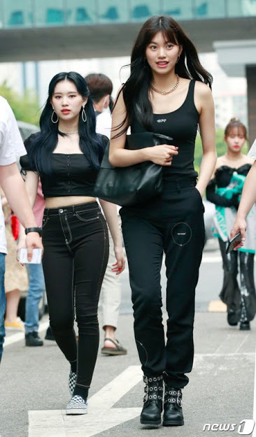Loạt khoảnh khắc show body ngoài đời thực của dàn idol: Lisa (BLACKPINK) chuẩn búp bê sống, bờ vai Thái Bình Dương của Jin (BTS) khiến fan phát sốt - Ảnh 11.