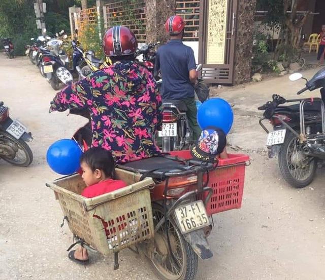 Xúc động hình ảnh người bà nghèo chở 2 cháu đi khai giảng trên chiếc xe thu mua phế liệu: Có bà, cháu có tất cả - Ảnh 1.