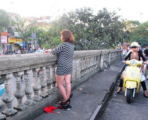 Một phụ nữ đột nhiên khỏa thân trên cầu Long Biên 1