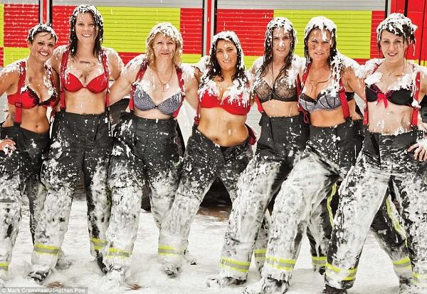 Những lính cứu hỏa xinh đẹp cởi áo chụp ảnh 1