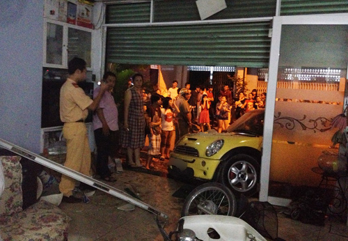 Ca sĩ Nguyên Vũ lái xe tông vào nhà dân 10