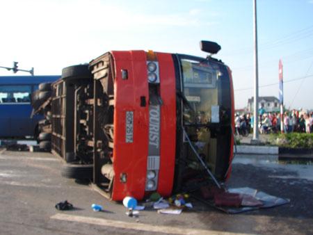 Tai nạn nghiêm trọng ở Bình Dương, 2 người chết, 16 bị thương 5