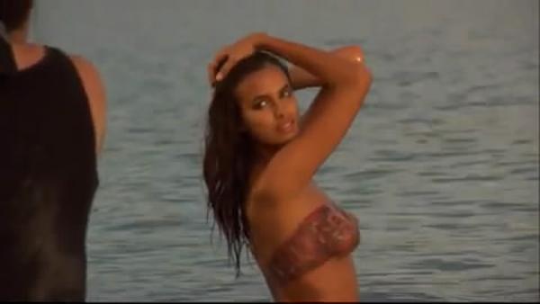 """Bồ Ronaldo """"nude"""" nghệ thuật chụp ảnh trên bãi biển"""