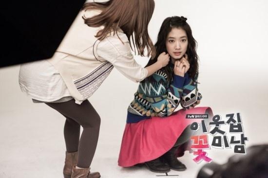 Bàn tay lạ nghịch cạp váy của Park Shin Hye 5