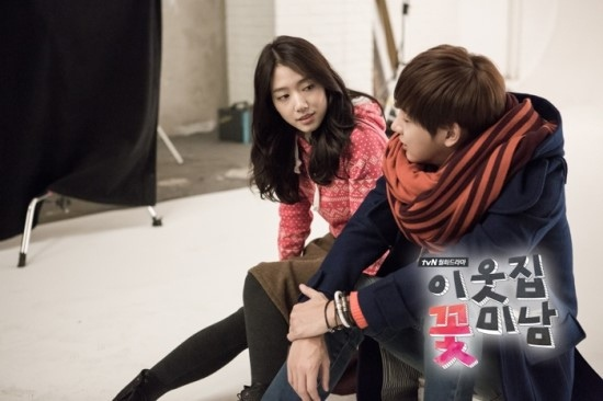 Bàn tay lạ nghịch cạp váy của Park Shin Hye 8