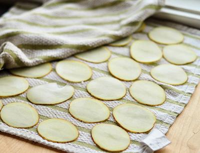 Snack khoai tây giòn tan làm bằng lò vi sóng 3
