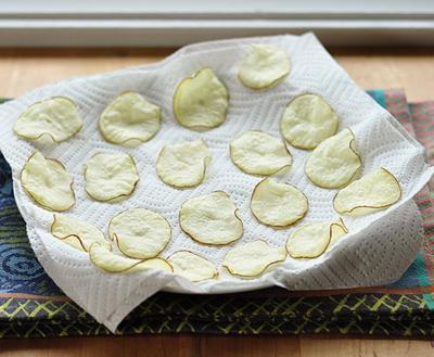 Snack khoai tây giòn tan làm bằng lò vi sóng 5