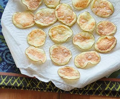 Snack khoai tây giòn tan làm bằng lò vi sóng 7