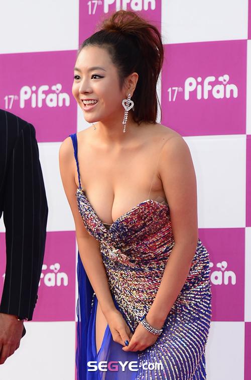 Nữ diễn viên tuột váy gây náo loạn thảm đỏ Hàn 5