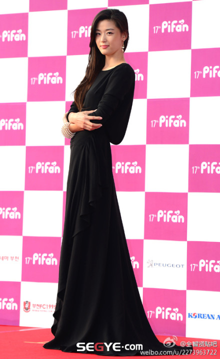 Nữ diễn viên tuột váy gây náo loạn thảm đỏ Hàn 12