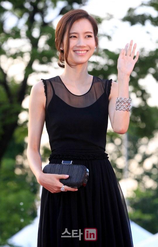 Nữ diễn viên tuột váy gây náo loạn thảm đỏ Hàn 22