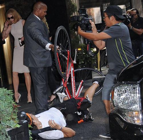 Nicole Kidman ngã bổ nhào vì bị paparazzi tông xe 6