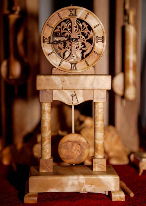 Đồng hồ chạy được chạm khắc hoàn toàn từ gỗ 11