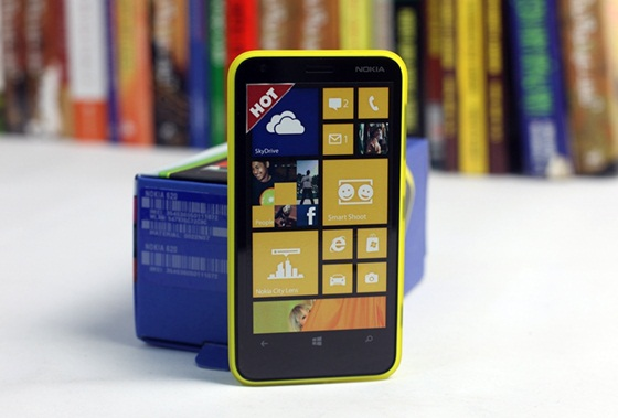 Trên tay Nokia Lumia 620 - Windows Phone 8 giá rẻ 2