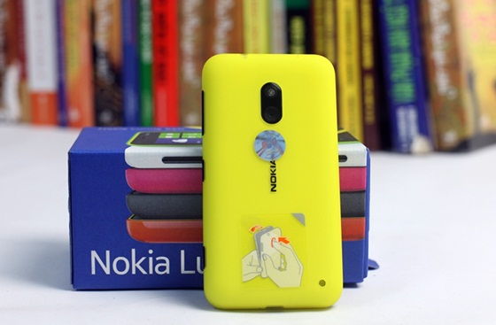 Trên tay Nokia Lumia 620 - Windows Phone 8 giá rẻ 4