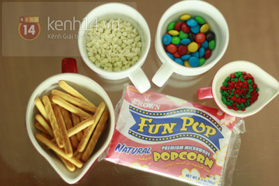 Trộn bỏng ngô ngon chuẩn bị sẵn cho buổi tụ họp ngày Noel 1
