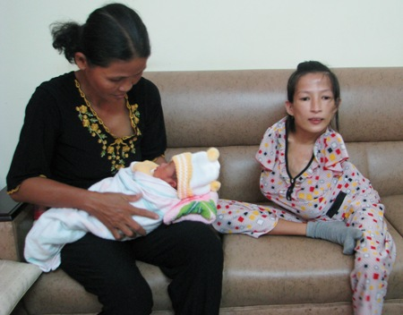 Cảm phục người mẹ trẻ chăm con bằng... hai chân 2