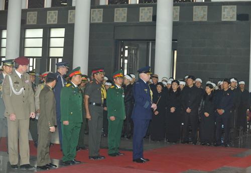 Hết giờ Lễ viếng Quốc tang, nhiều người dân vẫn xếp hàng vào viếng Đại tướng 65
