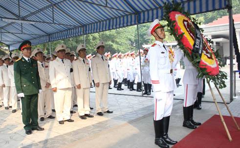 Hết giờ Lễ viếng Quốc tang, nhiều người dân vẫn xếp hàng vào viếng Đại tướng 24