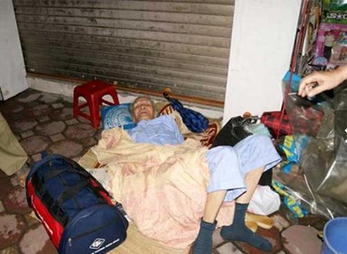 Con gái bắt bố 87 tuổi phơi nắng một ngày ngoài đường 2