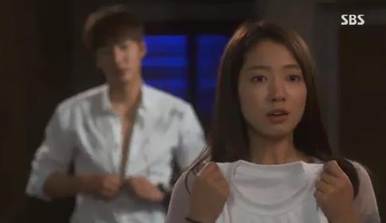 Park Shin Hye giật mình vì Lee Min Ho đột ngột cởi áo 1