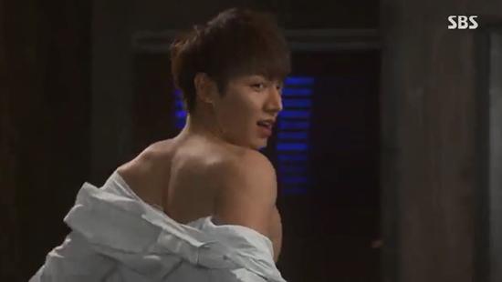 Park Shin Hye giật mình vì Lee Min Ho đột ngột cởi áo 2
