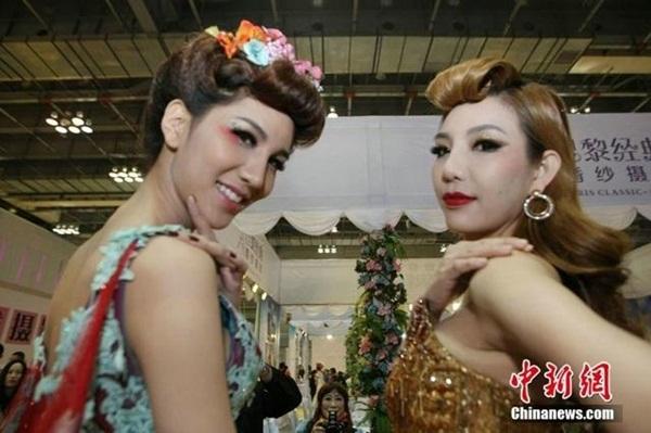 Người mẫu chuyển giới Thái Lan gây sốt tại Trùng Khánh 2