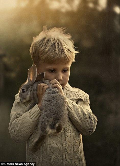 Bộ ảnh tuyệt đẹp của 2 cậu bé bên những loài động vật dễ thương 6