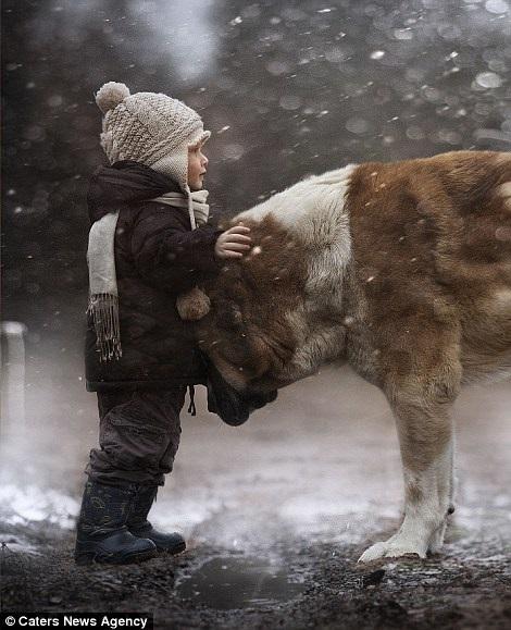 Bộ ảnh tuyệt đẹp của 2 cậu bé bên những loài động vật dễ thương 8