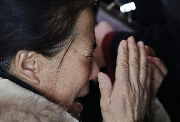 Người thân khóc ròng, vật vã ngóng tin vụ máy bay Malaysia rơi 9