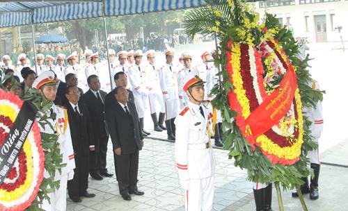 Hết giờ Lễ viếng Quốc tang, nhiều người dân vẫn xếp hàng vào viếng Đại tướng 71