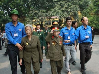 Hết giờ Lễ viếng Quốc tang, nhiều người dân vẫn xếp hàng vào viếng Đại tướng 79