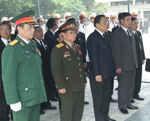 Hết giờ Lễ viếng Quốc tang, nhiều người dân vẫn xếp hàng vào viếng Đại tướng 69