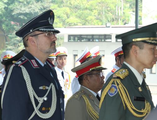 Hết giờ Lễ viếng Quốc tang, nhiều người dân vẫn xếp hàng vào viếng Đại tướng 63