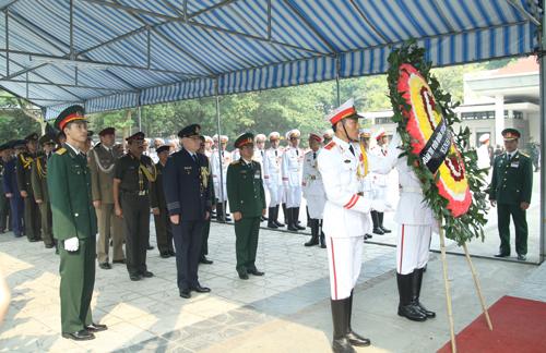 Hết giờ Lễ viếng Quốc tang, nhiều người dân vẫn xếp hàng vào viếng Đại tướng 64