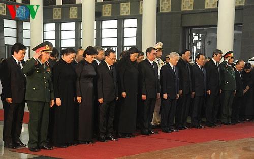 Hết giờ Lễ viếng Quốc tang, nhiều người dân vẫn xếp hàng vào viếng Đại tướng 18