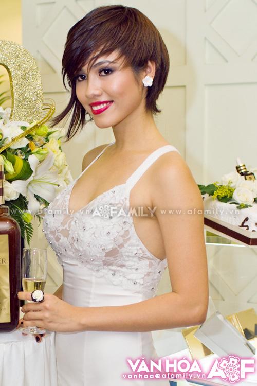 Muôn kiểu phong cách thời trang của sao Việt với tóc ngắn 26