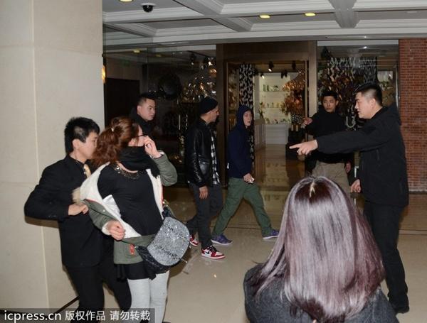 """Fan nữ """"bao vây"""" Trần Quán Hy ở nhà vệ sinh 2"""