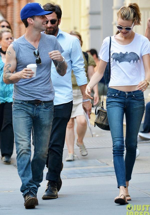 Adam Levine tình tứ với vợ chưa cưới trên phố 2