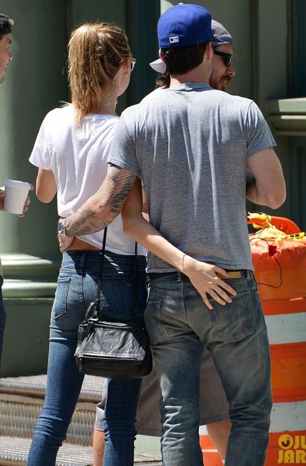 Adam Levine tình tứ với vợ chưa cưới trên phố 3