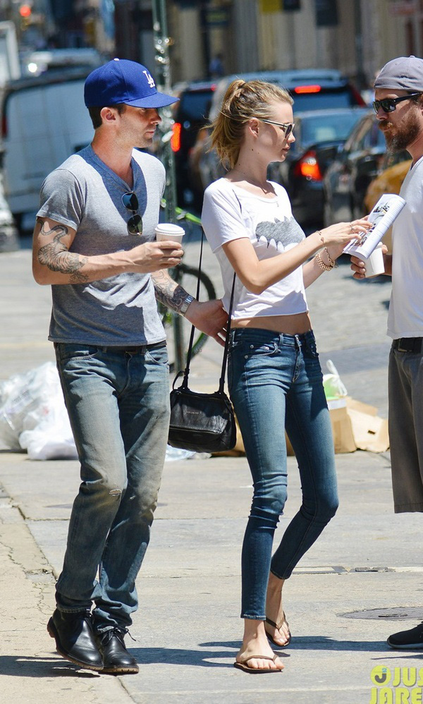 Adam Levine tình tứ với vợ chưa cưới trên phố 5