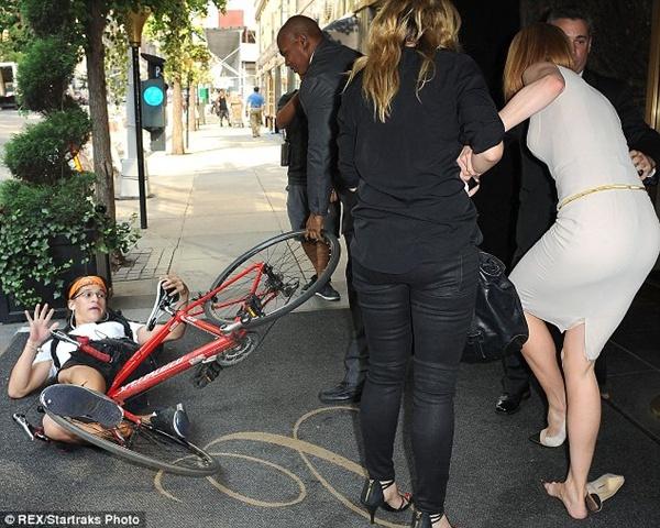 Nicole Kidman ngã bổ nhào vì bị paparazzi tông xe 5