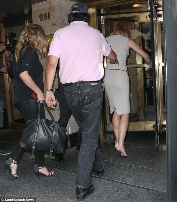 Nicole Kidman ngã bổ nhào vì bị paparazzi tông xe 11
