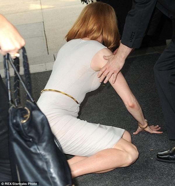 Nicole Kidman ngã bổ nhào vì bị paparazzi tông xe 4