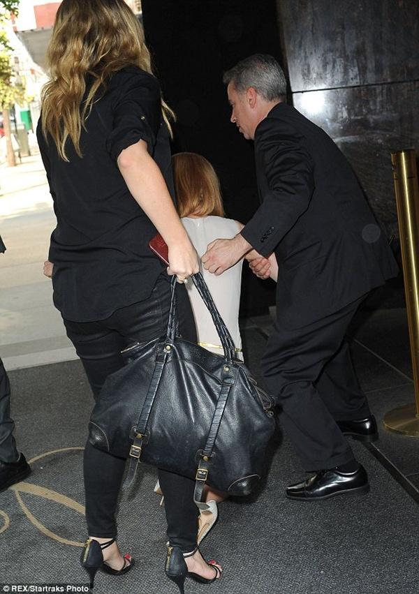 Nicole Kidman ngã bổ nhào vì bị paparazzi tông xe 10