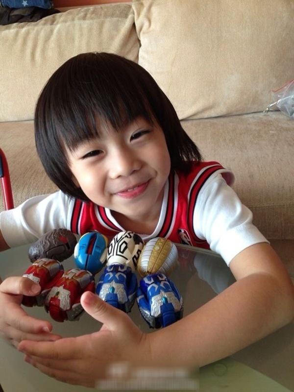 Con trai Lâm Chí Dĩnh nhắng nhít bên đồ chơi 1