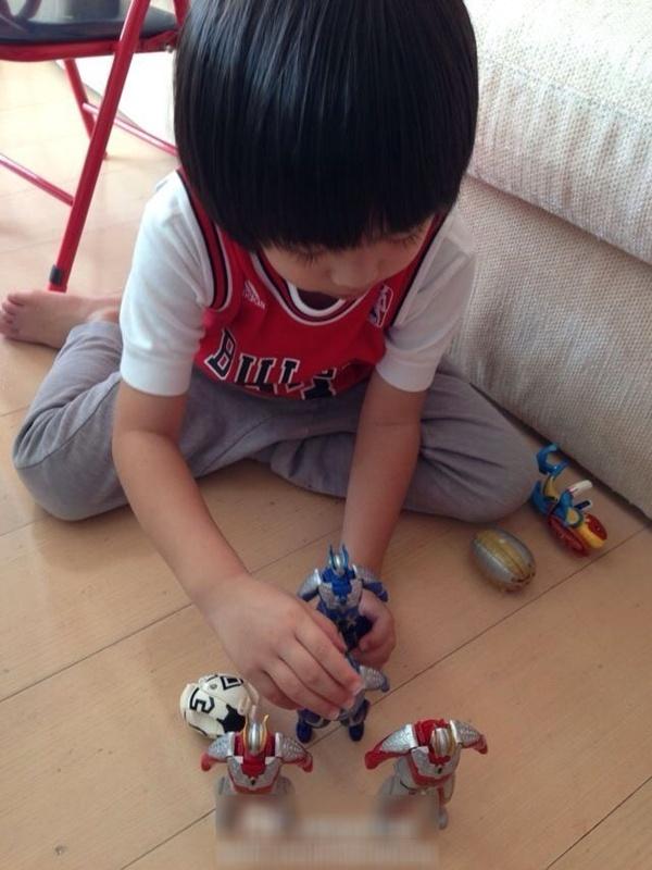 Con trai Lâm Chí Dĩnh nhắng nhít bên đồ chơi 2