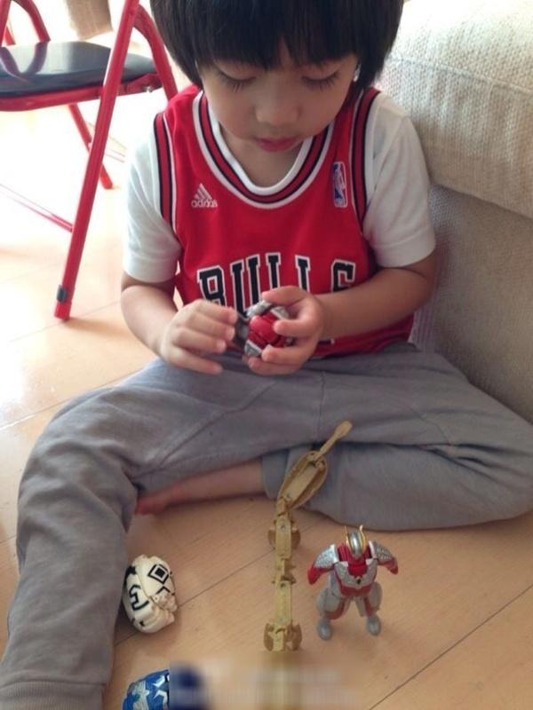 Con trai Lâm Chí Dĩnh nhắng nhít bên đồ chơi 4