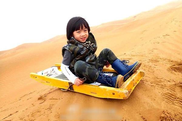 Con trai Lâm Chí Dĩnh nhắng nhít bên đồ chơi 8