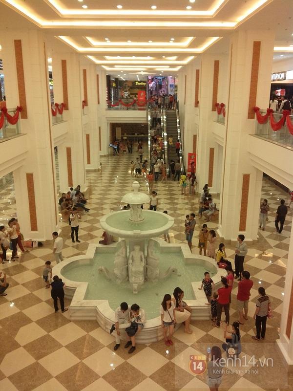 Người Hà Nội chen chân tại TT thương mại, vui chơi dưới lòng đất lớn nhất châu Á 15